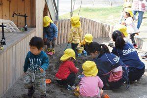 一歳児クラスの子たちと砂場で。昔、こんな風に遊んだよね。