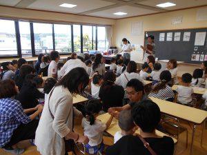 3才児クラスはお箸の練習です。