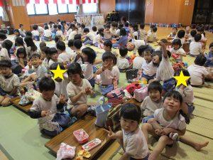 3・4・5才児はみんなでホールで食べました。